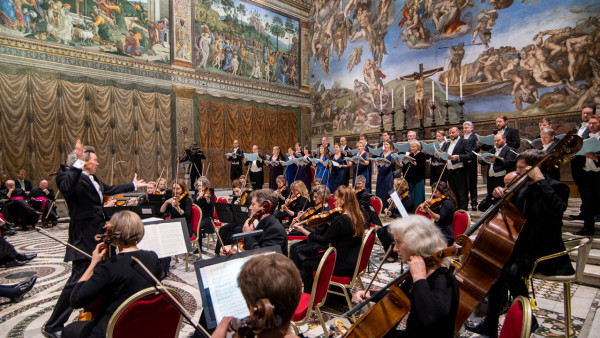 Harry Christophers conducts MacMillan's Stabat Mater in Sistine Chapel