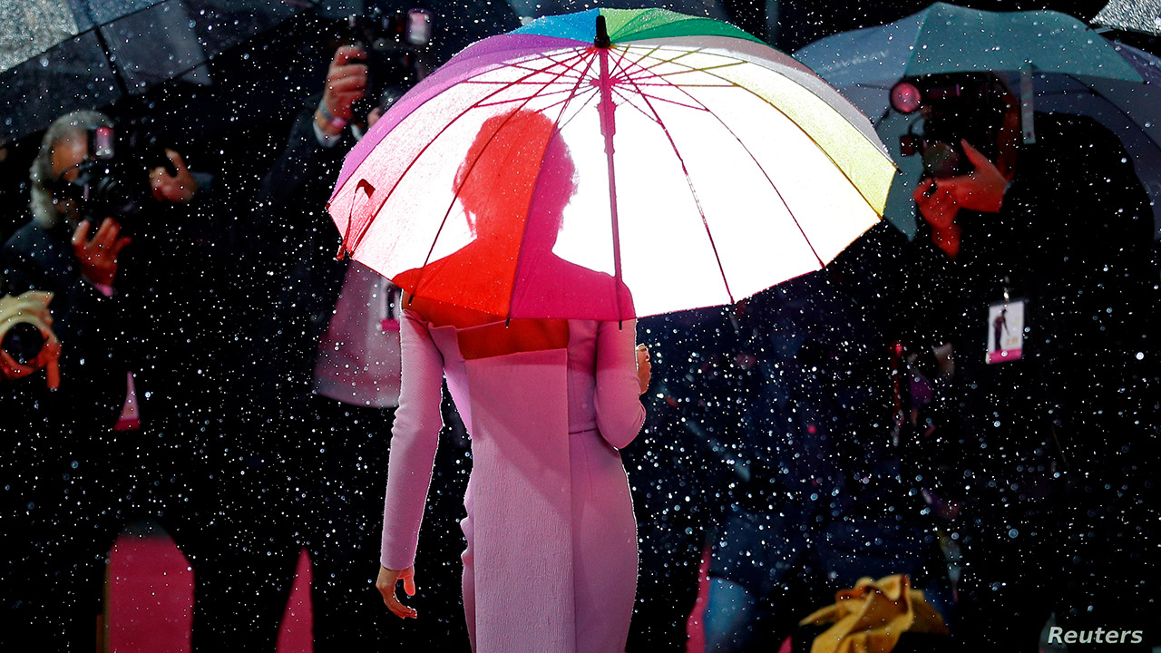 Renée Zellweger with an umbrella on the red carpet